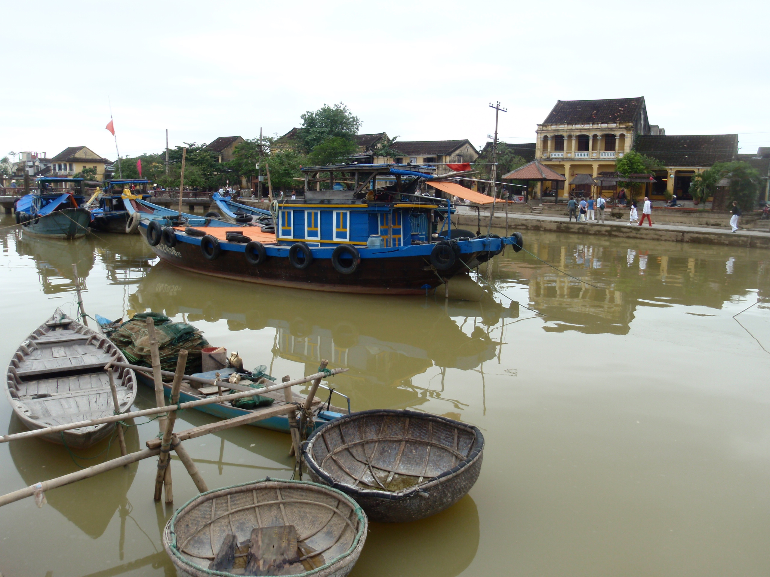 Daily life in Thu Bon River